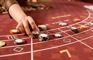 Punto banco-bord, en hånd og sjetonger